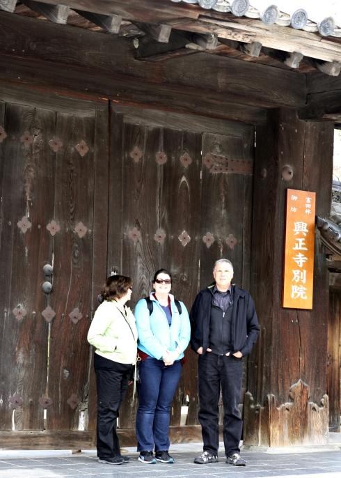 IMG_1307__tondabayashi family in front of shrine gate